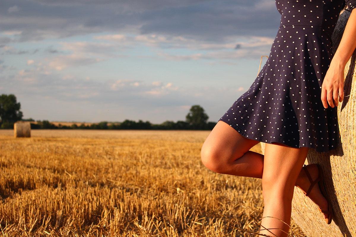 Beine einer Frau im Sommer